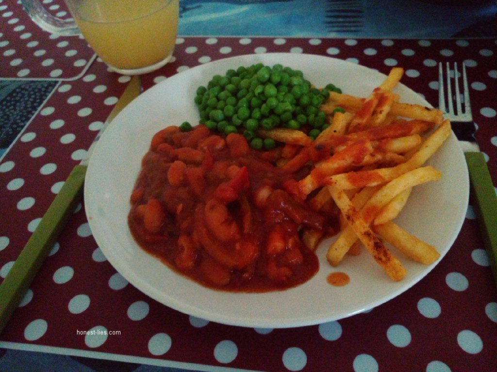 Chilli with paprika chips and peas